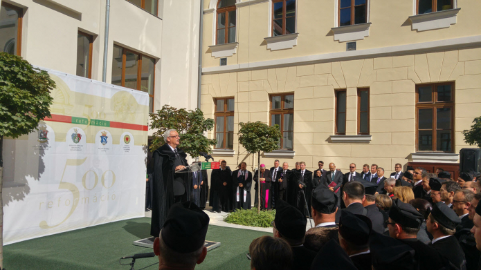 Az egybegyűlteket köszönti Kató Béla református püspök