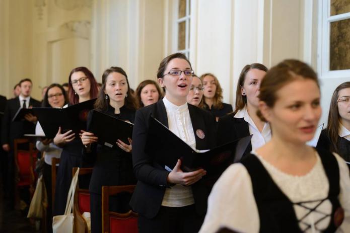 A kórus Brüsszelben a 42. Zsoltárt énekli