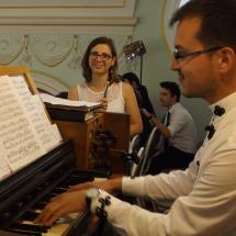 A zenei hátteret Béres Levente és Tőtős Emese Brigitta biztosítják